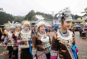"""高清:广西苗寨上千名群众""""打同年""""庆新春"""