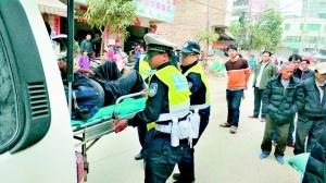 钦州:交警三大队民警执勤路上及时救助摔倒老人