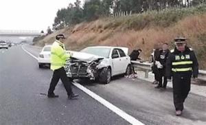 泉南高速前车连续变道致后车撞护栏 肇事车辆逃逸