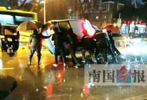 出租车侧翻两人被困 六名快递小哥抬车救人(图)