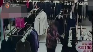 女子偷貂皮大衣不会穿  回店咨询被抓个正着