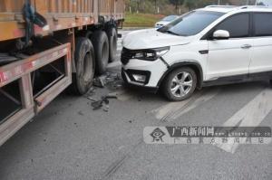 驾驶员判断错误操作不当 小车撞向大货车被