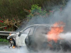 小车高速路上自燃只剩铁架 司机及时逃离躲过一劫