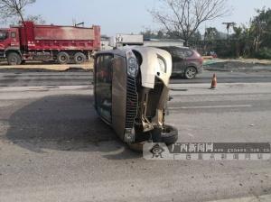 面包车为避让小车发生侧翻 安全带救了司机(图)