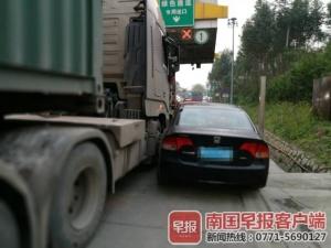 高速路两车剐蹭后司机争执不下 导致拥堵三公里