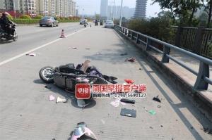 钦州一司机突发疾病,小车撞上电动车!