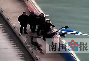 高中女生与家人吵架欲跳桥 消防队员拦腰抱下(图)
