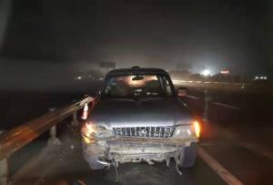 男子凌晨横穿高速公路被撞 经抢?#20219;?#25928;?#21171;?组图)