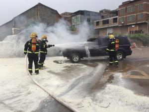 来宾一辆越野车加油站旁起火 消防紧急灭火(图)
