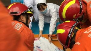 桂平一老人因重病被困家中 消防员担架护送其就医