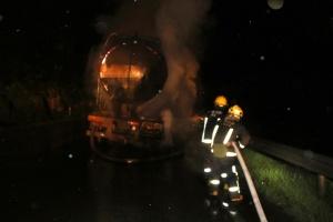 一罐车运送水泥粉途中着火 消防及时赶到扑灭(图)