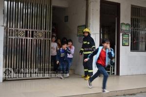 凭祥:校园开展火灾疏散逃生演练
