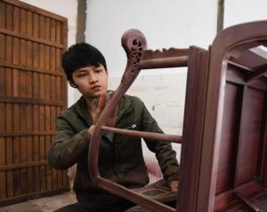 江?#23637;?#31119;镇:红木雕刻成产业