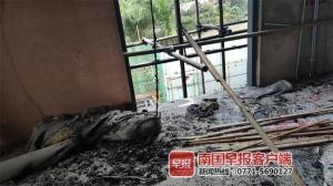 高清组图:南宁民歌湖一酒吧突然起火!火已被扑灭