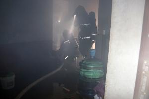 百色一民房着火 消防及时疏散23名被困群众(组图)