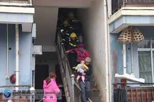 百色一民房着火 消防及时疏散23名被困群众(图)