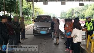 田东一面包车超载5人上路,看到交警检查竟然掉头想跑