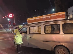 """头顶泡沫箱玩""""杂?!?南宁市3辆面包车违法被处罚"""