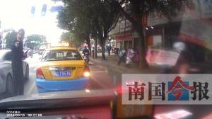 """柳州一交警""""路怒""""對出租車猛按喇叭 被暫停工作"""