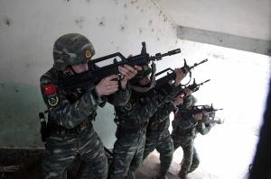 燃爆!武警特战队员开展居民楼反劫持演练(组图)