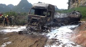 南宁武鸣区一油罐车燃起数米高火焰 车内装载甲醇