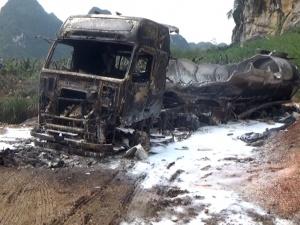 南宁武鸣区一装载甲醇油罐车起火 蹿起数米高火焰