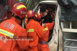 凭祥两货车相撞一人被困 消防救出被困司机(图)
