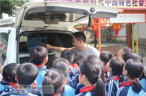 凌云:中小学学生走进气象局探秘气象知识