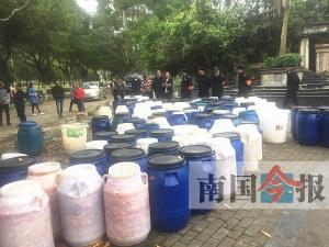 """小区门外突然堆了200个泔水桶 变""""泔水堆放场"""""""