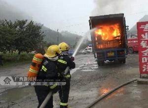 载大量机油货车行驶中突燃 来宾消防20分钟灭火
