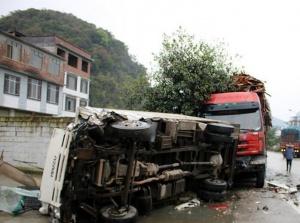 货车越线超车致三车相撞两人被困 消防紧?#31508;?#25937;