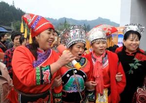 """柳州市融安县群众唱山歌喜迎""""壮族三月三""""(图)"""