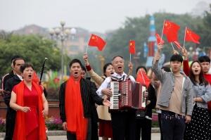 融安举行快闪活动 群众唱响《我和我的祖国》(图)