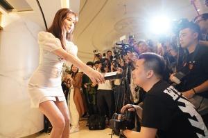 林志玲穿短裙 屈身半蹲秀签名撩粉丝亲和力爆棚