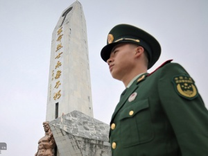 北海:武警官兵与中学生开展清明祭扫革命先?#19968;?#21160;