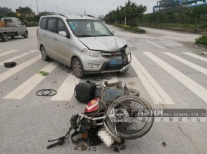小车与摩托车相撞 危险时刻头盔救下摩托车手一命
