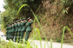 漫威宇宙最强 河池:武警官兵缅怀战友陈卓伟(组图)