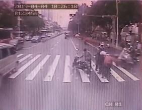 <b>暖心��电动车在路中央摔倒 公交车挡住滚滚车流</b>