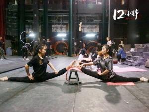 【12小时】上?#21644;��?#20986;国巡演 广西这对双生姐妹花:双脚蹬出杂技梦