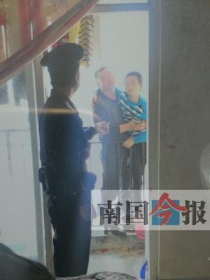 妻子离家出走 其丈夫与年仅11岁儿子声称跳楼要挟