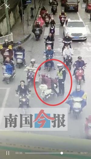 女子闯红灯遭交通疏导员辱骂?两人的表述各有不同