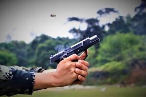 北海:武警官兵实弹射击考核 锤炼一枪毙敌本领
