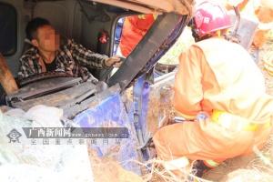 百色?#22831;?#36710;失控冲撞土坡 司机被困?#24863;?#26102;后获救