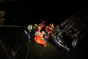 """河池:轿车?#20843;?#33050;朝天""""躺河里 消防紧急救援"""