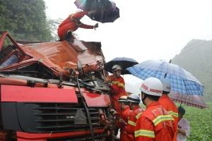 平果两辆重型矿山车相撞 消防员现场为伤者撑伞