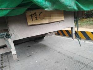 """山路颠簸车牌掉落 货车司机自制""""木头""""车牌代替"""
