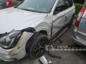 """越野车与大货车相撞遭""""毁容"""" 车损超过万元(图)"""