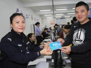 4月16日焦点图:广西正式启用新式电动自行车号牌