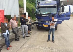 核载3人的货车竟挤进6个壮汉 严重超员驾驶员被查