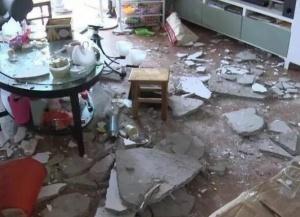 二三十斤水泥天花板从天而降 南宁一业主客厅被砸